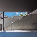 私たち流の心地よい家の写真 高低差を生かした地下駐車場