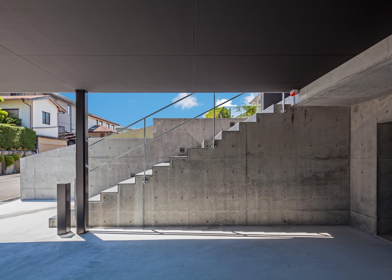 外観事例:高低差を生かした地下駐車場(私たち流の心地よい家)
