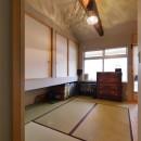 昭和ガラスの家の写真 梁をみせた開放感のある寝室