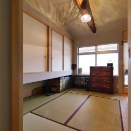 昭和ガラスの家 (梁をみせた開放感のある寝室)