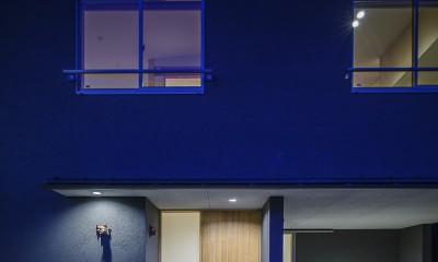 エントランス 夜景|緑豊かな公園に隣接|プライバシーを守りながら開放的に住まう Y字路の家