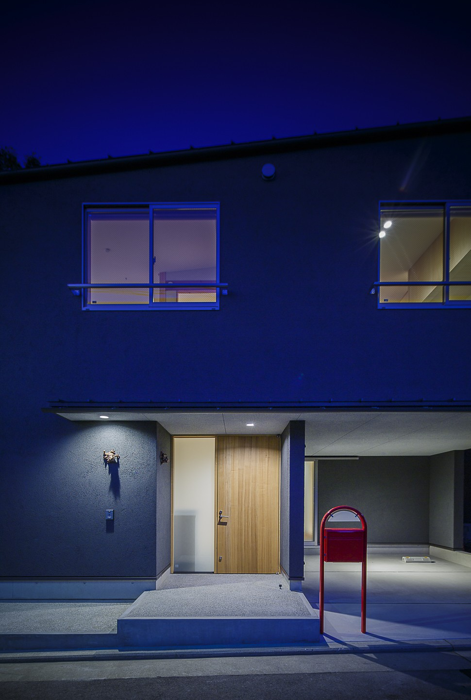 外観事例:エントランス 夜景(緑豊かな公園に隣接|プライバシーを守りながら開放的に住まう Y字路の家)