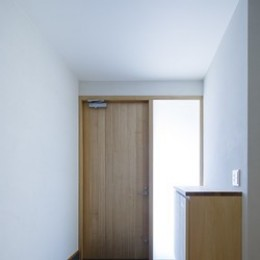 明るい玄関 (緑豊かな公園に隣接|プライバシーを守りながら開放的に住まう Y字路の家)