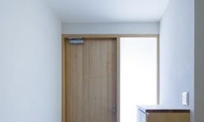 緑豊かな公園に隣接|プライバシーを守りながら開放的に住まう Y字路の家 (明るい玄関)