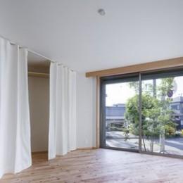 緑豊かな公園に隣接|プライバシーを守りながら開放的に住まう Y字路の家 (シンボルツリーの影がおちる洋室)