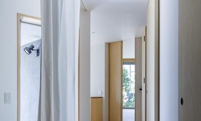 緑豊かな公園に隣接|プライバシーを守りながら開放的に住まう Y字路の家 (動線の要となる対角に長い廊下)