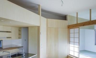2階ワンルームで多角形のLDK|緑豊かな公園に隣接|プライバシーを守りながら開放的に住まう Y字路の家