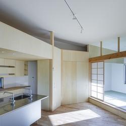 緑豊かな公園に隣接|プライバシーを守りながら開放的に住まう Y字路の家 (2階ワンルームで多角形のLDK)