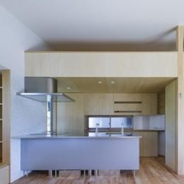 緑豊かな公園に隣接|プライバシーを守りながら開放的に住まう Y字路の家 (キッチンの上の隠れ家(ロフト))