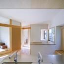 緑豊かな公園に隣接|プライバシーを守りながら開放的に住まう Y字路の家の写真 2階の隅々まで視線が通るキッチン