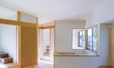 2階の隅々まで視線が通るキッチン|緑豊かな公園に隣接|プライバシーを守りながら開放的に住まう Y字路の家