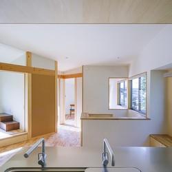 緑豊かな公園に隣接|プライバシーを守りながら開放的に住まう Y字路の家 (2階の隅々まで視線が通るキッチン)