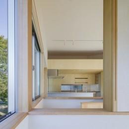 緑豊かな公園に隣接|プライバシーを守りながら開放的に住まう Y字路の家 (子供室からのぞき窓)