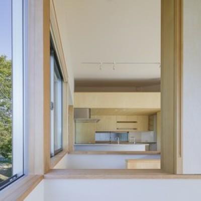 子供室からのぞき窓 (緑豊かな公園に隣接|プライバシーを守りながら開放的に住まう Y字路の家)