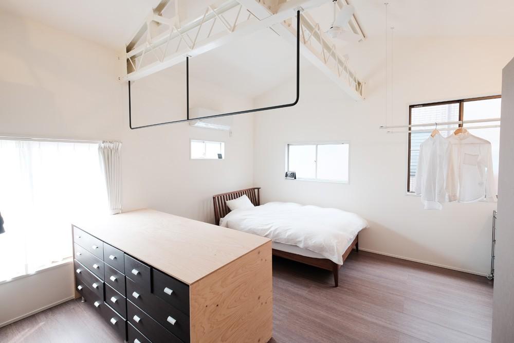 建築家と二人三脚で作り上げた、ラチス梁が美しい家。 (開放的な2階主寝室)