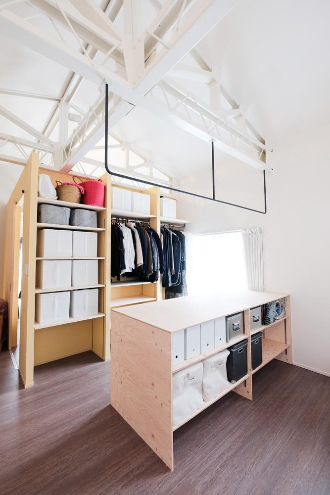 収納事例:使いやすくデザインされたファミリークローゼット(建築家と二人三脚で作り上げた、ラチス梁が美しい家。)