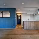 マリンブルー壁×チェリー床。素材に溢れた1LDK+WIC住まいの写真 LDK正面