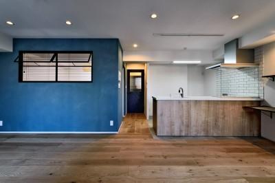 マリンブルー壁×チェリー床。素材に溢れた1LDK+WIC住まい (LDK正面)