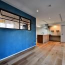 マリンブルー壁×チェリー床。素材に溢れた1LDK+WIC住まいの写真 LDKの塗装壁