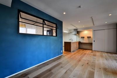 LDKの塗装壁 (マリンブルー壁×チェリー床。素材に溢れた1LDK+WIC住まい)