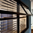マリンブルー壁×チェリー床。素材に溢れた1LDK+WIC住まいの写真 室内窓