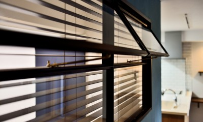 室内窓|マリンブルー壁×チェリー床。素材に溢れた1LDK+WIC住まい