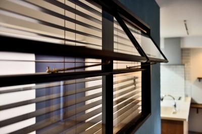 室内窓 (マリンブルー壁×チェリー床。素材に溢れた1LDK+WIC住まい)