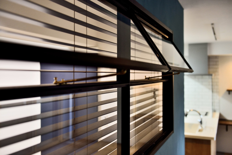 リビングダイニング事例:室内窓(マリンブルー壁×チェリー床。素材に溢れた1LDK+WIC住まい)