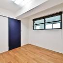 マリンブルー壁×チェリー床。素材に溢れた1LDK+WIC住まいの写真 ベッドルーム