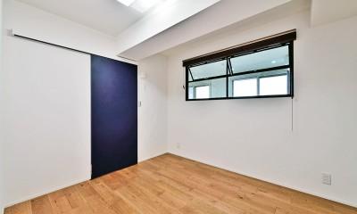マリンブルー壁×チェリー床。素材に溢れた1LDK+WIC住まい (ベッドルーム)