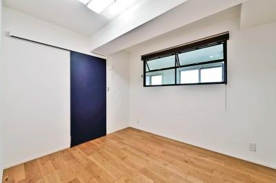 ベッドルーム (マリンブルー壁×チェリー床。素材に溢れた1LDK+WIC住まい)