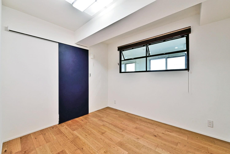 ベッドルーム事例:ベッドルーム(マリンブルー壁×チェリー床。素材に溢れた1LDK+WIC住まい)