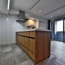 マリンブルー壁×チェリー床。素材に溢れた1LDK+WIC住まいの写真 床・壁をタイルでフルフラットキッチン