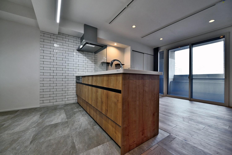 キッチン事例:床・壁をタイルでフルフラットキッチン(マリンブルー壁×チェリー床。素材に溢れた1LDK+WIC住まい)