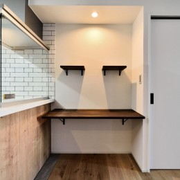 マリンブルー壁×チェリー床。素材に溢れた1LDK+WIC住まい (キッチン前面の造作スペース)