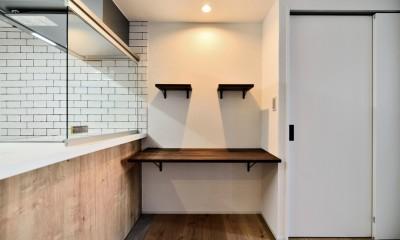 キッチン前面の造作スペース|マリンブルー壁×チェリー床。素材に溢れた1LDK+WIC住まい
