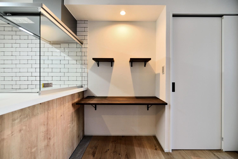キッチン事例:キッチン前面の造作スペース(マリンブルー壁×チェリー床。素材に溢れた1LDK+WIC住まい)