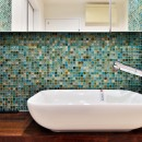 マリンブルー壁×チェリー床。素材に溢れた1LDK+WIC住まいの写真 サニタリーの洗面ボウル&モザイクタイル