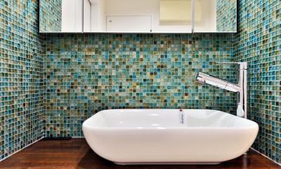 マリンブルー壁×チェリー床。素材に溢れた1LDK+WIC住まい (サニタリーの洗面ボウル&モザイクタイル)