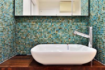 サニタリーの洗面ボウル&モザイクタイル (マリンブルー壁×チェリー床。素材に溢れた1LDK+WIC住まい)