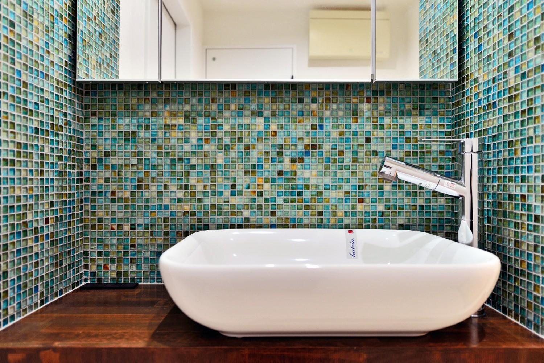 バス/トイレ事例:サニタリーの洗面ボウル&モザイクタイル(マリンブルー壁×チェリー床。素材に溢れた1LDK+WIC住まい)