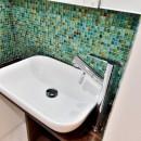 マリンブルー壁×チェリー床。素材に溢れた1LDK+WIC住まいの写真 サニタリーの洗面ボウル&モザイクタイル2