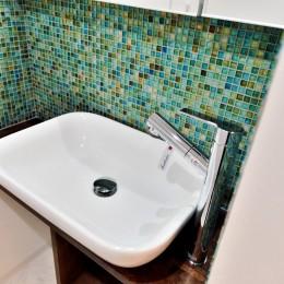マリンブルー壁×チェリー床。素材に溢れた1LDK+WIC住まい (サニタリーの洗面ボウル&モザイクタイル2)