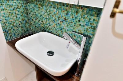 サニタリーの洗面ボウル&モザイクタイル2 (マリンブルー壁×チェリー床。素材に溢れた1LDK+WIC住まい)