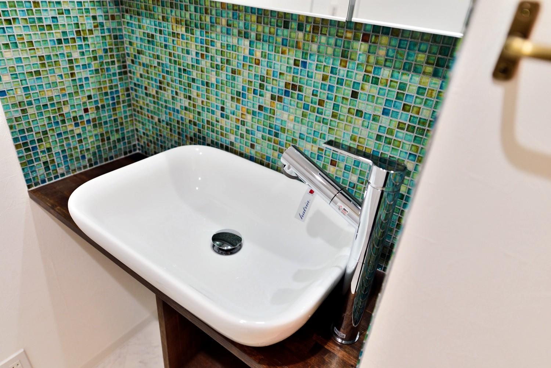 バス/トイレ事例:サニタリーの洗面ボウル&モザイクタイル2(マリンブルー壁×チェリー床。素材に溢れた1LDK+WIC住まい)