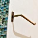 マリンブルー壁×チェリー床。素材に溢れた1LDK+WIC住まいの写真 サニタリーのモザイクタイル&タオルハンガー