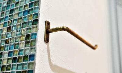 マリンブルー壁×チェリー床。素材に溢れた1LDK+WIC住まい (サニタリーのモザイクタイル&タオルハンガー)
