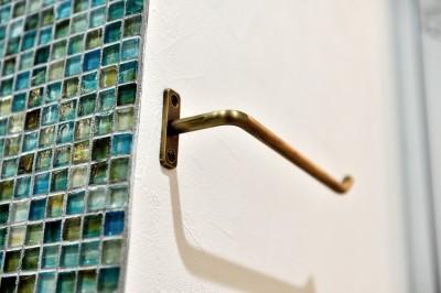 サニタリーのモザイクタイル&タオルハンガー (マリンブルー壁×チェリー床。素材に溢れた1LDK+WIC住まい)