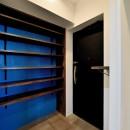 マリンブルー壁×チェリー床。素材に溢れた1LDK+WIC住まいの写真 玄関