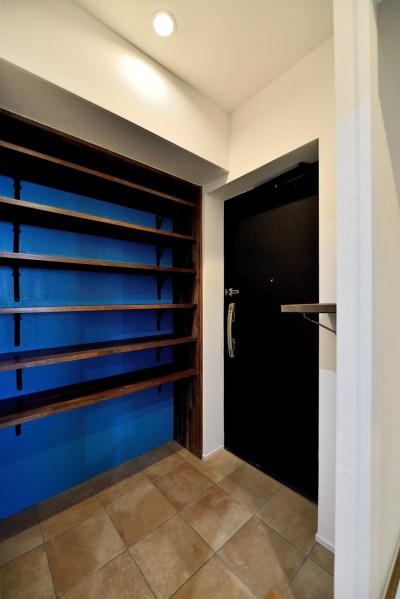 玄関 (マリンブルー壁×チェリー床。素材に溢れた1LDK+WIC住まい)